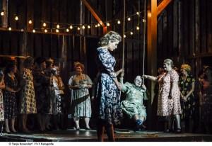 Theater Freiburg/Eugen Onegin // 2018 // Foto: Tanja Dorendorf // T+ T Fotografie // Solen Mainguené / Roberto Gionfriddo / Anja Jung / Opernchor
