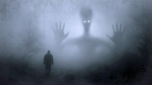 Homme dans la brume face à une immense apparition menaçante.