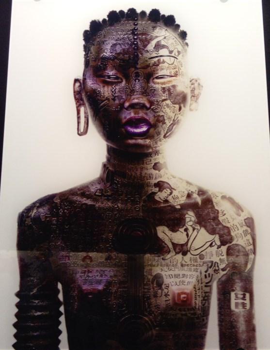 """Dessin numérique représentant un portrait de femme à moitié noire à moitié asiatique avec des """"marqueurs raciaux"""" très marqués."""