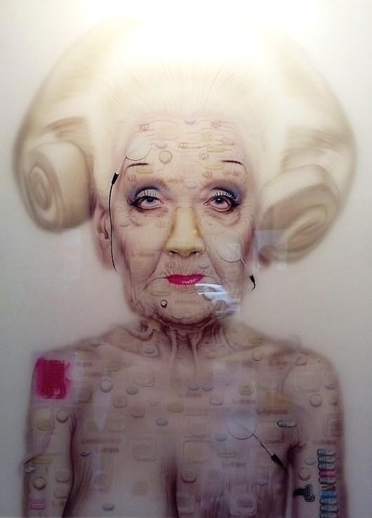"""Dessin numérique d'une vieille femme blanche, nue, """"augmentée"""" d'implants bioniques."""