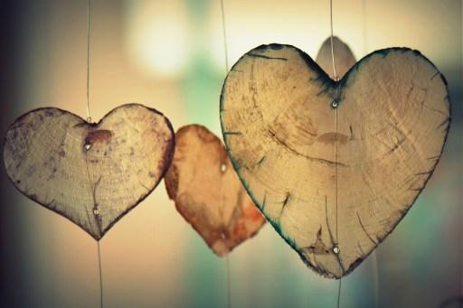 Coeurs en bois suspendus.