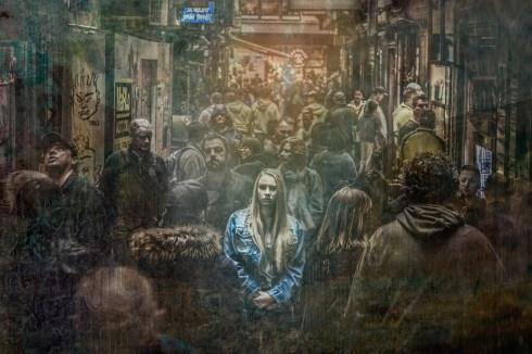 Jeune femme au milieu de la foule.
