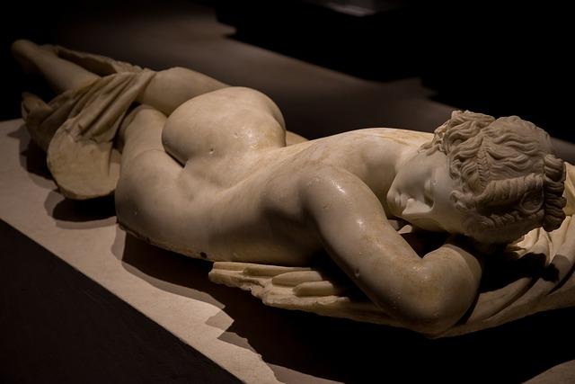 "Photo de la statue de marbre de Le Bernin ""Hermaphrodite endormi"", vue de dos."