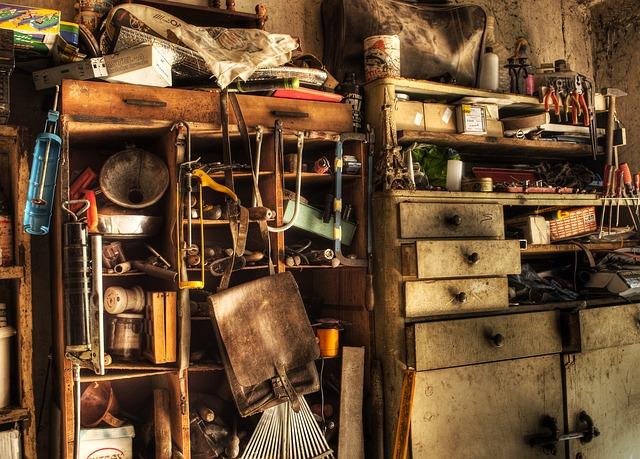 Garage rempli de tiroirs et d'étagères.