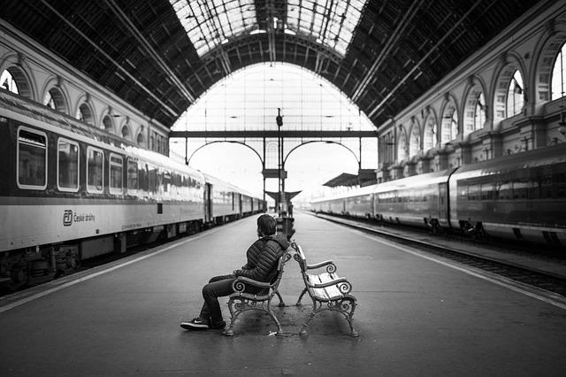 Attente dans une gare.