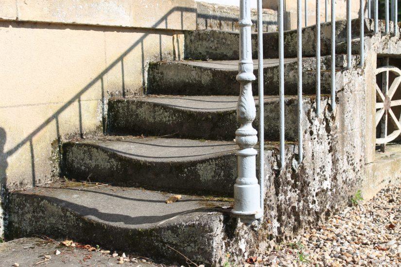 Photo d'un escalier extérieur en pierre, dont les marches sont usées.