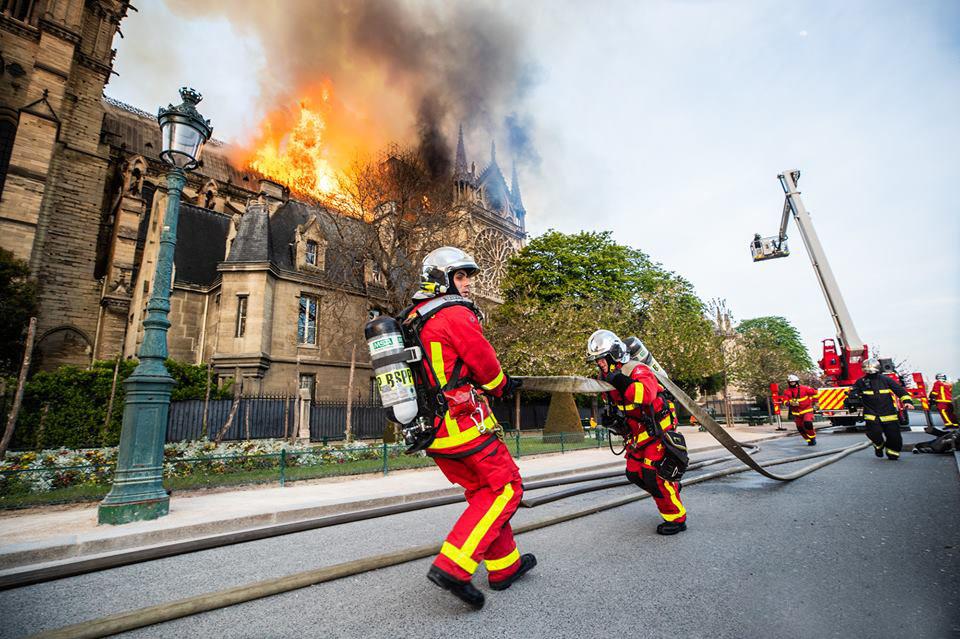 Les sapeurs-pompiers luttant encore contre l'incendie le mardi matin