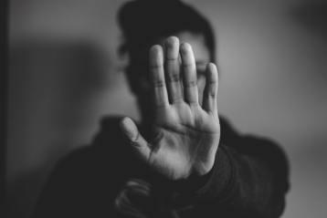 Femme disant stop aux agressions sexuelles