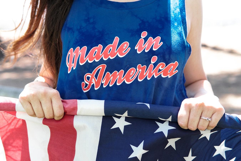 Une jeune fille tenant un drapeau américain.