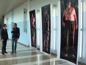 Rutger van Castricum en Thierry Baudet bekijken de kunst in de Tweede Kamer.