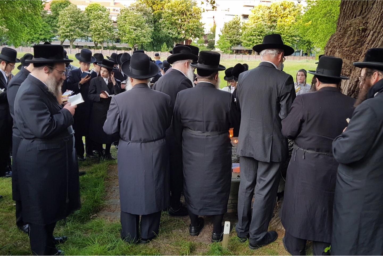 Chassidische Joden op de Portugees-Joodse begraafplaats te Den Haag
