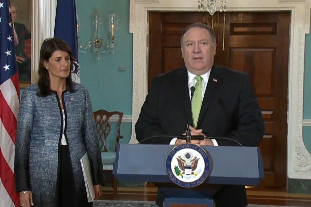 De Amerikaanse minister van Buitenlandse Zaken Mike Pompeo en VN-ambassadrice Nikki Haley