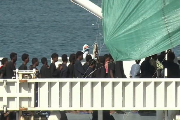 Eritreese migranten aan boord van de Diciotto in de haven van Catania