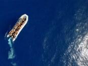 Migrantenboot op weg van Afrika naar Europa