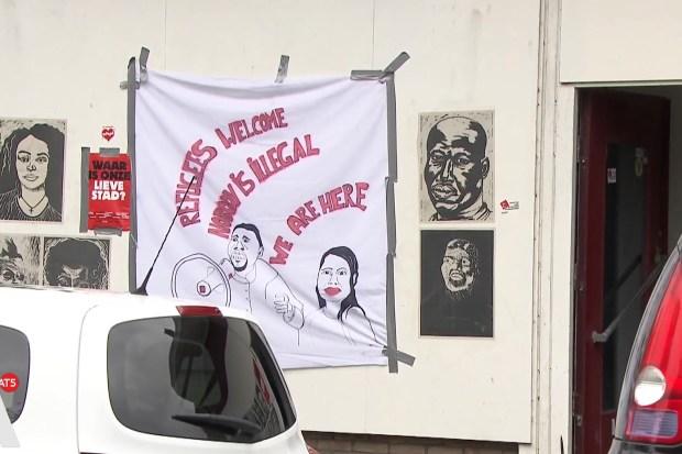 Door We Are Here-illegalen gekraakte woning te Amsterdam.
