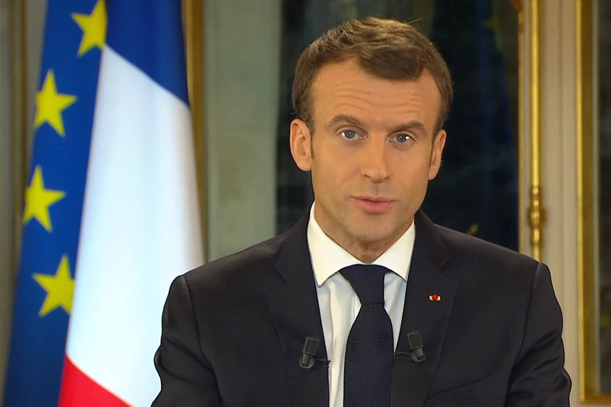 Krampachtige knieval Macron voor de Gele Hesjes