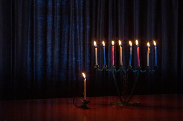Brandende kaarsen op begin laatste dag Chanoeka