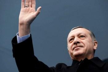 """Titelfoto artikel Johannes Vervloed voor OpinieZ.com """"Erdogan steekt middelvinger op naar Westen en NAVO"""""""