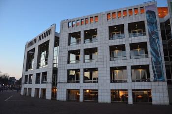 """Titelfoto bij artikel Samirrha Tarrass op OpinieZ.com """"Links bolwerk Amsterdam degradeert autochtonen tot tweederangs burgers"""""""