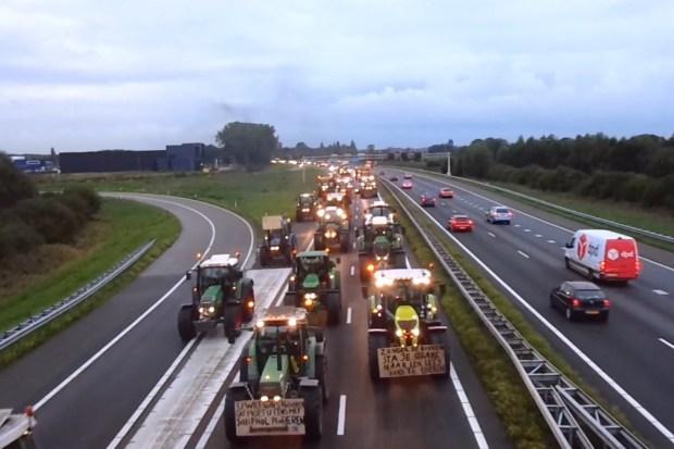 """Titelfoto bij artikel Rutger van den Noort OpinieZ.com """"Starre elitocratie wakkert veenbrand aan"""""""