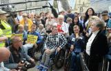 Totalna ignorancja  Totalna ignorancja PiS wstosunku doosób zniepełnosprawnościami  Protest niepełnosprawnych iich opiekunów podPałacem Prezydenckim.