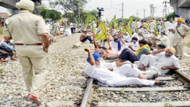 Photo of রাস্তায় বিক্ষোভে নেমেছেন কৃষকরা, প্রতিবাদ জানাচ্ছেন বিরোধীরা দলেরাও