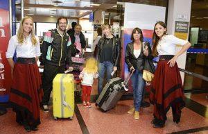 """Recepción a turistas en el Aeropuerto Salta con """"gauchitas salteñas"""""""