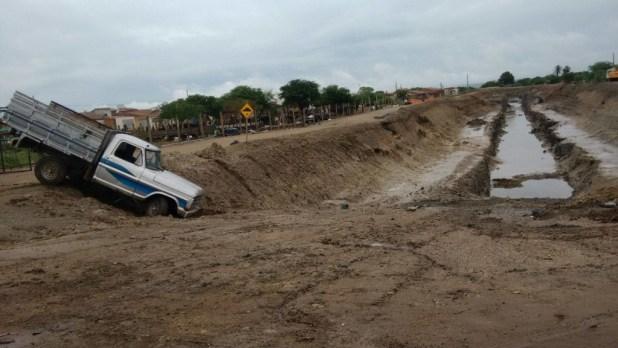 12557738_10206006459183687_1282158950_o-1024x576 Caminhonete perde controle e vai  parar  dentro de buraco da transposição em Monteiro