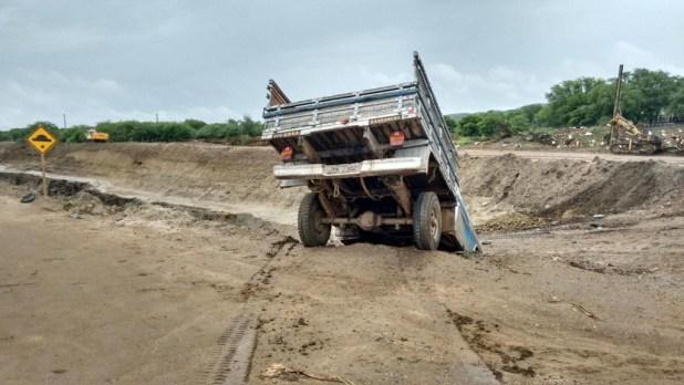 12557744_10206006459383692_514128533_o-1024x576 Caminhonete perde controle e vai  parar  dentro de buraco da transposição em Monteiro