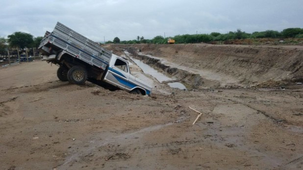 12630909_10206006459583697_38471710_o-1024x576 Caminhonete perde controle e vai  parar  dentro de buraco da transposição em Monteiro