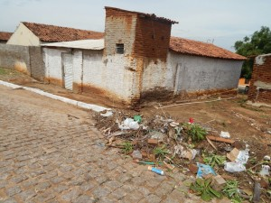 20160125153418-1-300x225 Mato, lixo e esgotos a céu aberto mostram descaso da Gestão do Prefeito Junior Nobrega no município da Prata, no Cariri