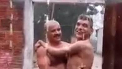 Pai leva filho com paralisia cerebral para banho de chuva e comove a web 1