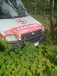 ambulancia-amparo.jpg02-225x300 Descaso na Saúde: Prefeitura de Amparo abandona ambulância na zona rural e o mato toma conta.
