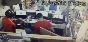 22032016094908-300x145 Câmera de segurança flagra momento de assalto a correspondente bancário em Monteiro