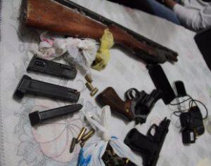 apreensao_armas_operacao_londrina-300x237 Operação contra série de mortes em Londrina prende 8 policiais militares
