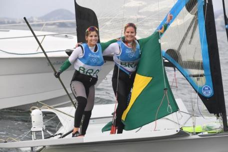 20815026 Martine Grael e Kahena Kunze vencem última regata e levam o ouro na vela