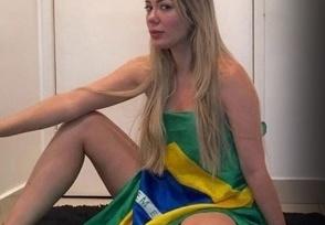 Musa-2-1 Musa das manifestações posa nua com bandeira e comemora queda de Dilma