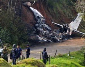 aviao-1-310x245-300x237 Queda de avião militar deixa ao menos dois mortos no México
