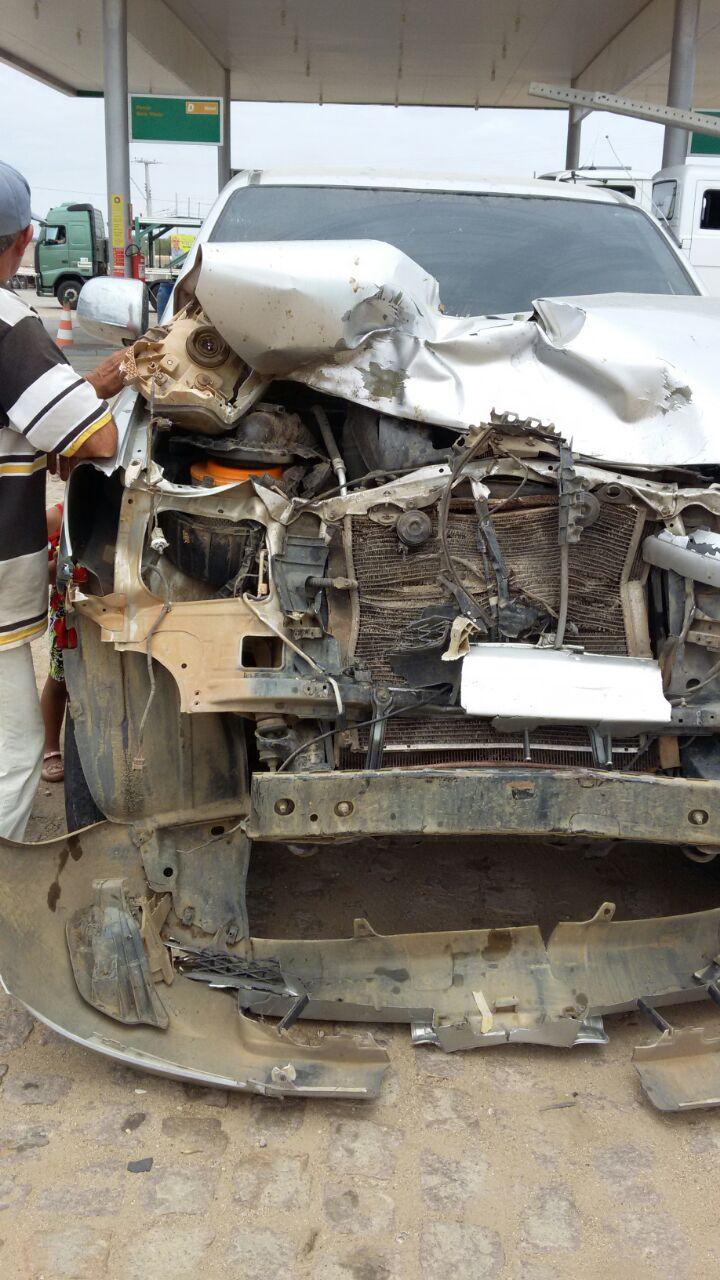 9dc6c0dc-d81c-4f8e-807f-d141e8506e1a Em Monteiro: Caminhonete fica destruída em colisãona BR-412