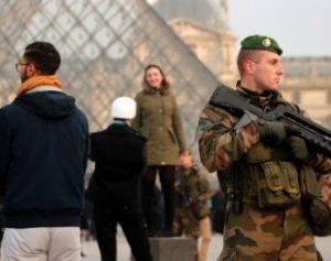30dez2016-soldado-faz-a-seguranca-dos-arredores-do-museu-do-louvre-em-paris-na-franca-1483121751533_615x300-310x245-300x237 Agressor do Louvre diz ser um egípcio chamado Abdullah El-Hamahmy