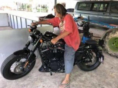 moto-300x225-300x225 Homem com roupas rasgadas é ignorado e compra Harley à vista