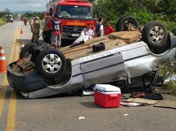 17787836280003622710000 Um morre e quatro ficam feridos após carro rodar e capotar em rodovia da Paraíba
