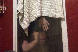 presa-300x200-300x200 Mulher fica presa em janela de banheiro em encontro