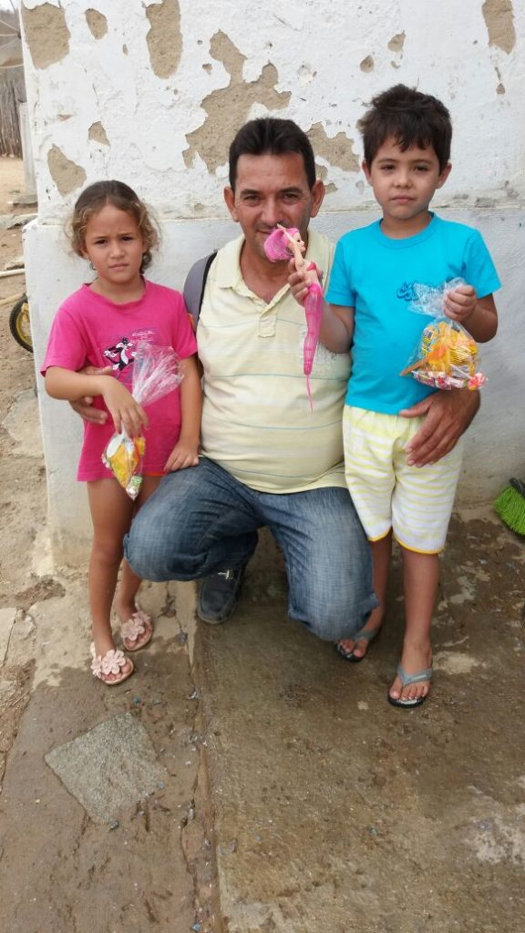 4c4be927-02c2-4e91-a37a-033fa5cf0d38-576x1024 Em comemoração ao dia das crianças, Vereador VALDO CACHIADO distribuiu balas, pipocas, pirulitos, chocolates e lembrancinhas para as crianças em Amparo