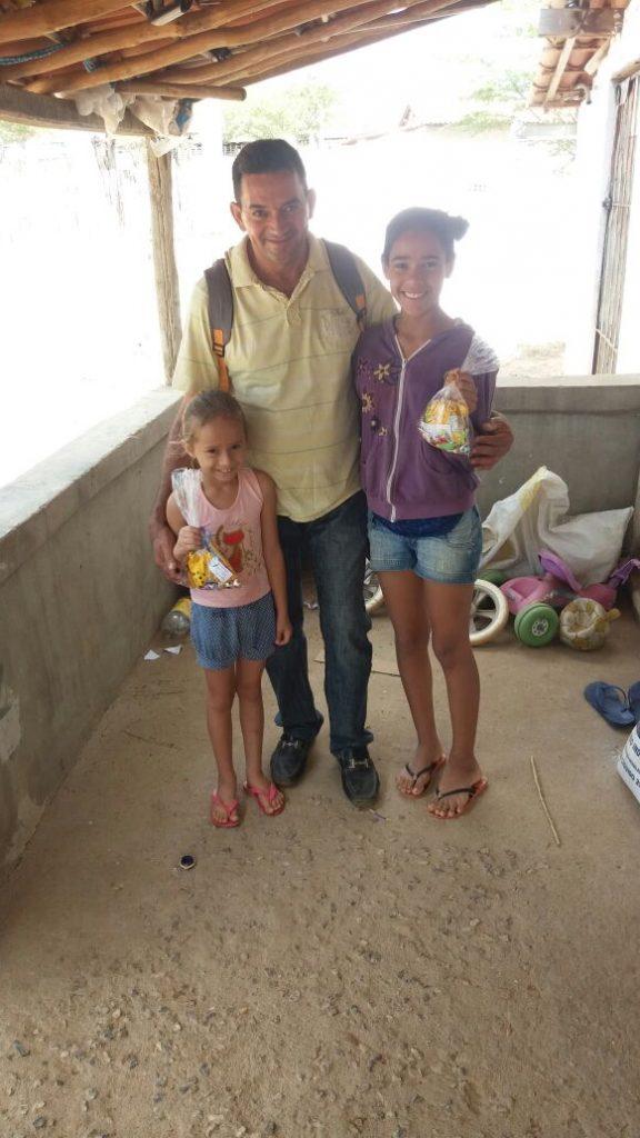 d64b4989-c1cb-4da8-9369-a17d477bd765-576x1024 Em comemoração ao dia das crianças, Vereador VALDO CACHIADO distribuiu balas, pipocas, pirulitos, chocolates e lembrancinhas para as crianças em Amparo