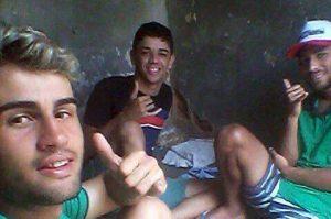 """detentos_sb-1-300x199 Detentos da cadeia de Serra Branca desafiam as autoridades e tiram """"self"""" de dentro da prisão"""
