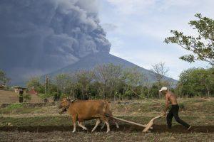 vulcao_em_bali-300x200 Vulcão em Bali entra em atividade e milhares deixam região