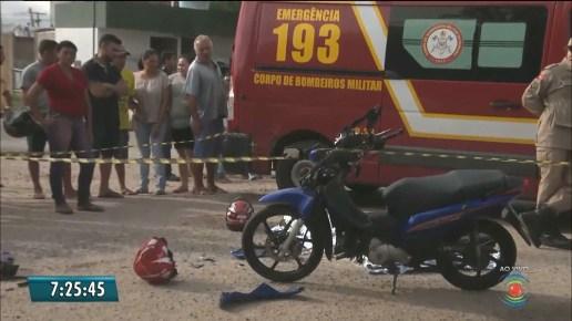 acidente- Mulher morre após moto ser atingida por caminhão carregado de postes na PB