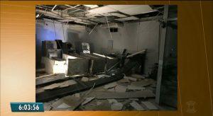 banco-aroeiras-300x164 Grupo faz moradores reféns, cerca prédio da polícia e explode banco em Aroeiras