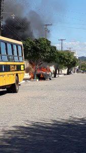 IMG-20180419-WA0016-169x300 Veículo pega fogo em frente ao Colégio Nossa Senhora de Lourdes em Monteiro.